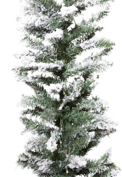 Besneeuwde kerstslinger met verlichting